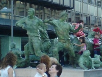 Galerie 11 Stierrennen Denkmal in Pamplona.jpg anzeigen.